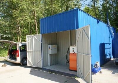 Naziemny zbiornik do paliwa w obudowie kontenerowej z szafą dystrybucyjną