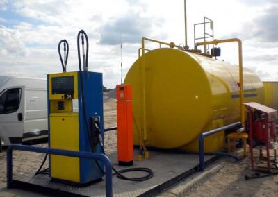 naziemna stacja paliw z dystrybutorem i automatem