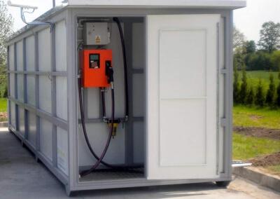 Naziemny zbiornik do paliwa w obudowie kontenerowej z szafą dystrybucyjną i tankomatem