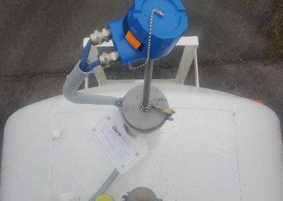 sonda pomiarowa w zbiorniku na paliwo z dystrybutorem